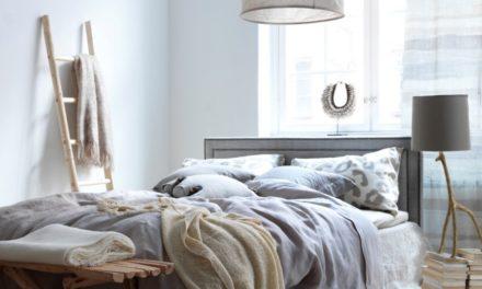 Landelijke slaapkamer zorgt voor een warme sfeer