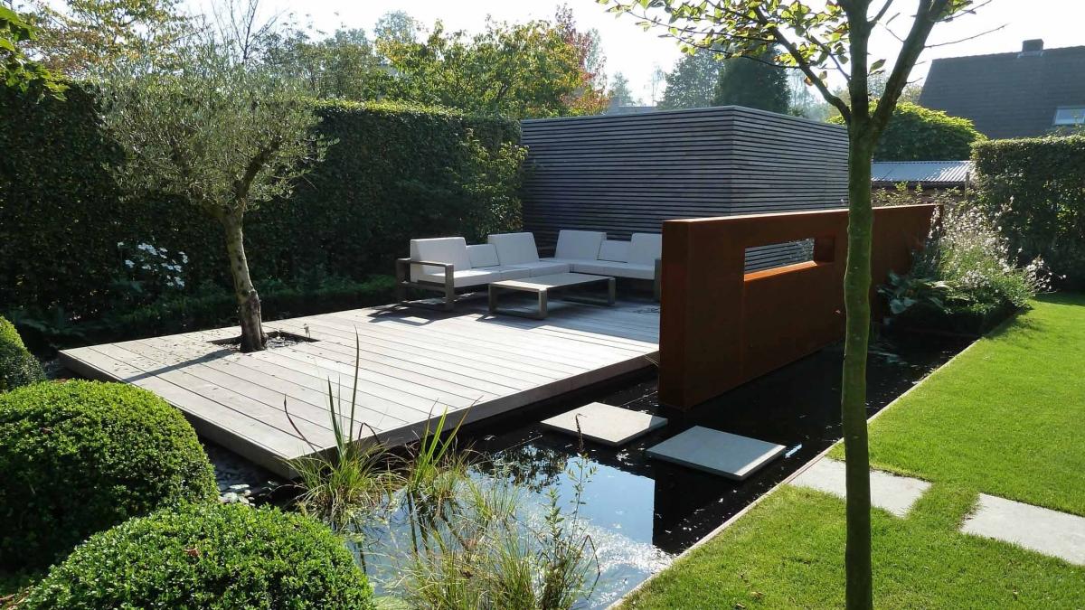 Grote Moderne Tuin : Grote moderne tuin. free tuin met grote vlonders en keerwanden aan